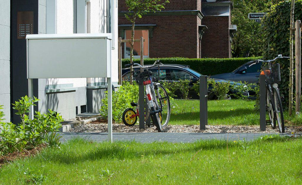Fahrradständer mit zwei Fahrrädern vor einem BWB-Gebäude