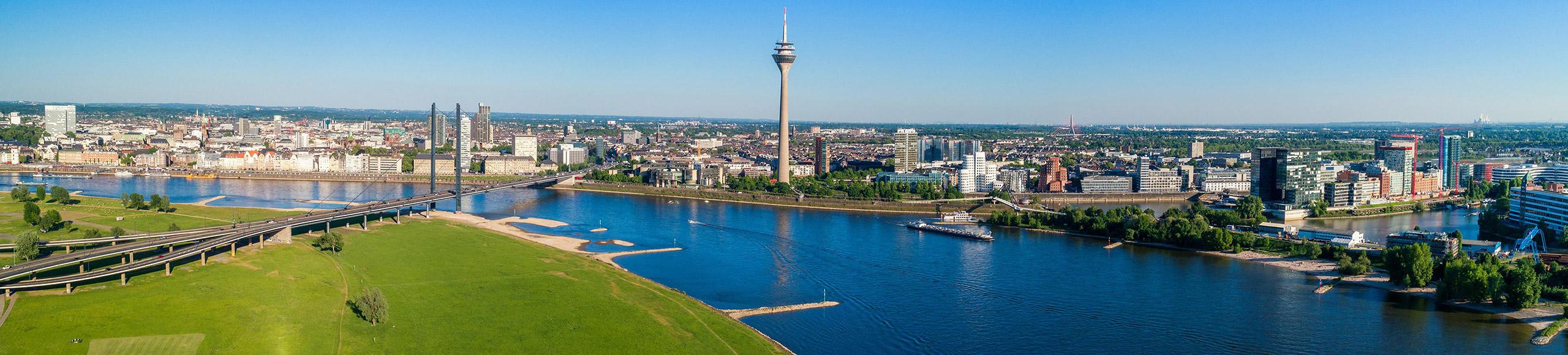 Panorama der Stadt Düsseldorf von der linken Rheinseite aus gesehen
